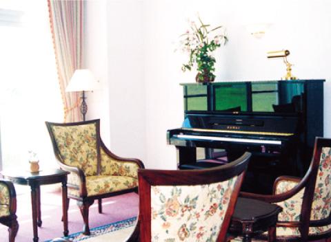 ピアノのあるラウンジ